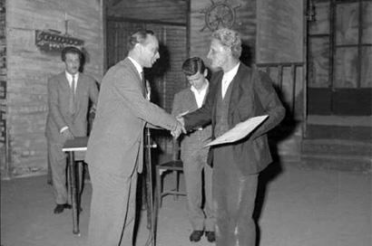 Mantova 16/09/1957 - Accademia Teatrale Francesco Campogalliani - Premiazione - Un attore nell'atto di ricevere il premio
