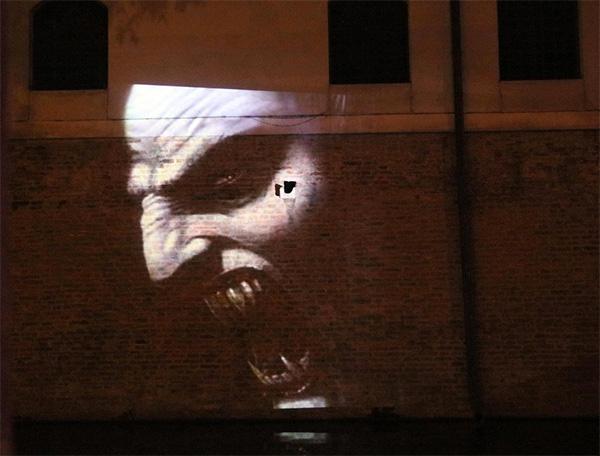 Una delle immagini di Dracula riflesse sul palazzo vicino alle Beccherie
